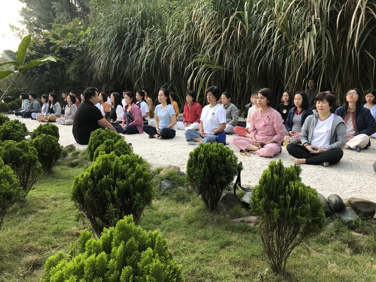 Thiền là phương pháp hữu hiệu giúp cơ thể hấp thụ năng lượng tốt từ thiên nhiên, vũ trụ thông qua 7 trung tâm năng lượng nằm dọc cơ thể, từ đó tăng cường sức khỏe Tâm – Thể – Trí.